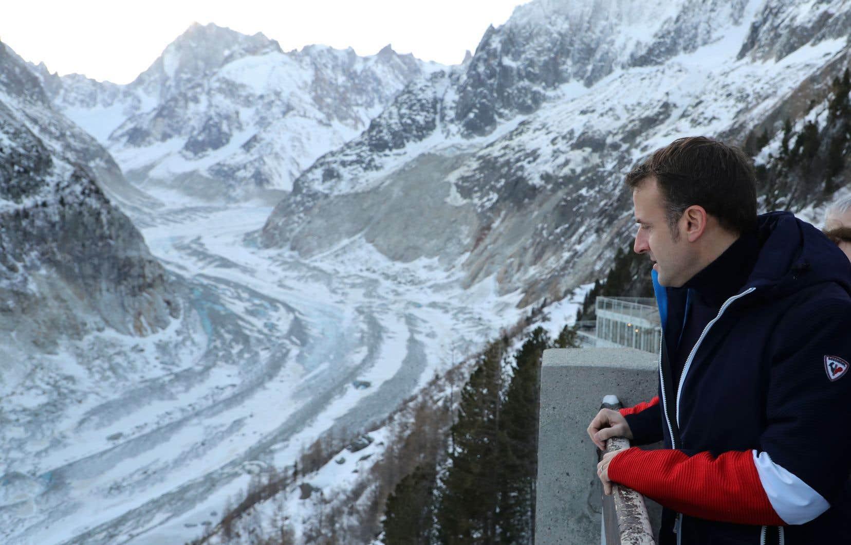 Le président français, Emmanuel Macron, a visité l'immense glacier des Alpes jeudi.