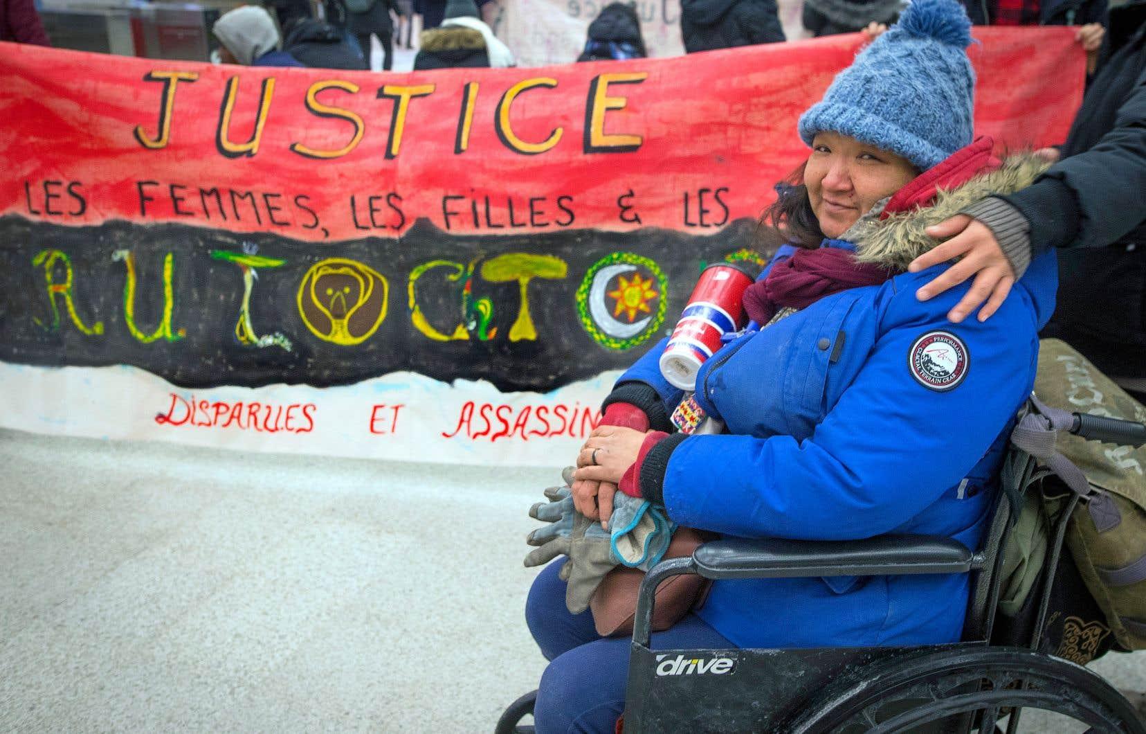 Sarah Jonas, une itinérante qui vit dans les rues de Montréal depuis 3 ans, était émue par cette action dans le métro Berri vendredi matin à la mémoire des femmes disparues et assassinées. «Ça fait mal, car certaines de ces personnes étaient mes amis. Moi, je fais mon possible pour survivre…»