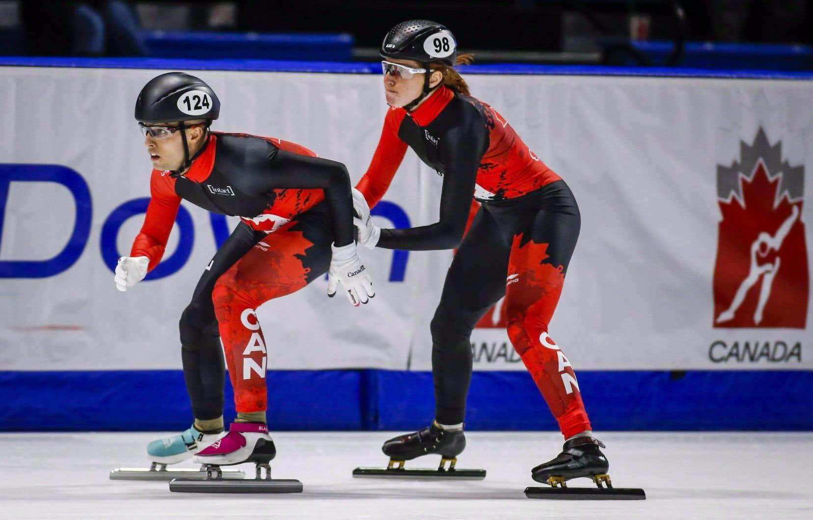Cédrik Blais (à gauche) lors de la Coupe du monde de patinage de vitesse, en 2018