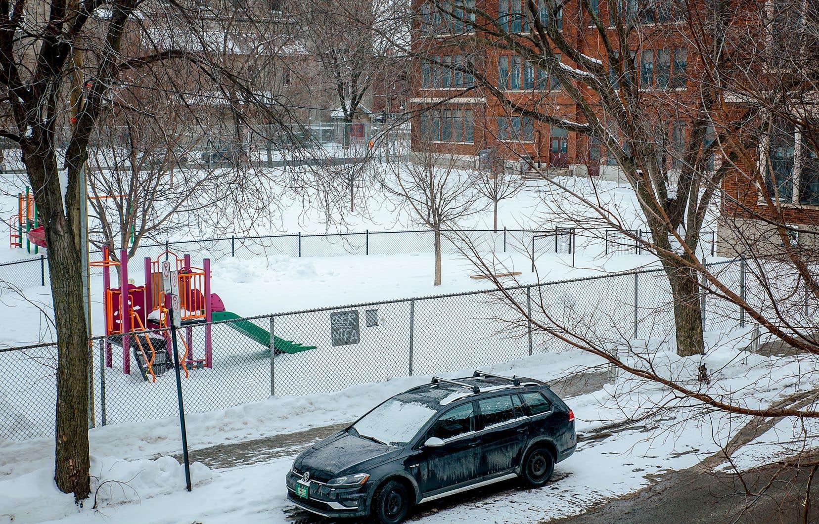 Les deux tiers des répondants au sondage mené par la CSDM auprès de ses employés se déplacent vers leur lieu de travail en auto solo, été comme hiver.