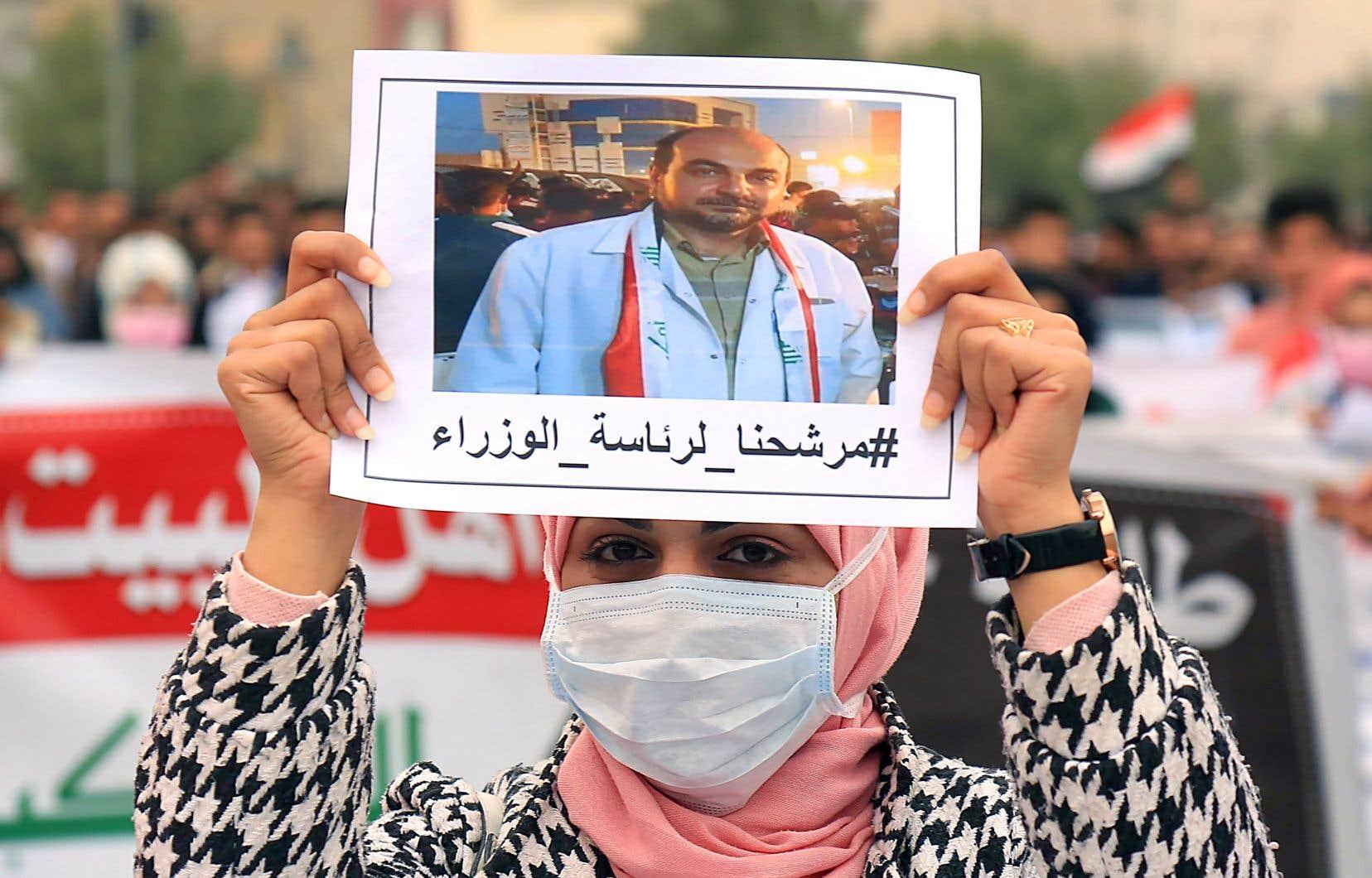 Des dizaines d'étudiants ont tenu à bout de bras des photos d'Alaa al-Rikaby lors d'un rassemblement à Kerbala dimanche. Le pharmacien est devenu une figure de la contestation à Nassiriya, fer de lance de la révolte dans le sud de l'Irak.