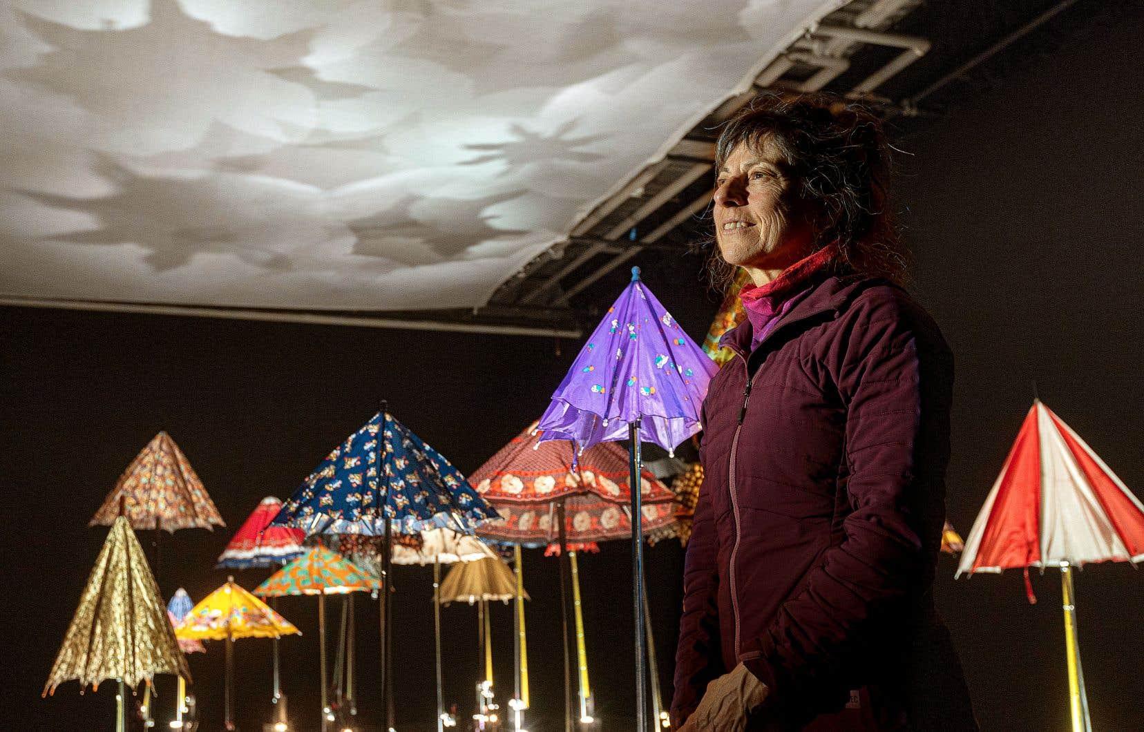 Quand Peggy Gale, la commissaire de la Biennale de Montréal 2000, a sollicité Diane Landry, celle-ci lui a parlé de ce projet anthropomorphique. Elle comptait y parler, avec une famille de parapluies, de vie et de mort, d'éveil et de sommeil.