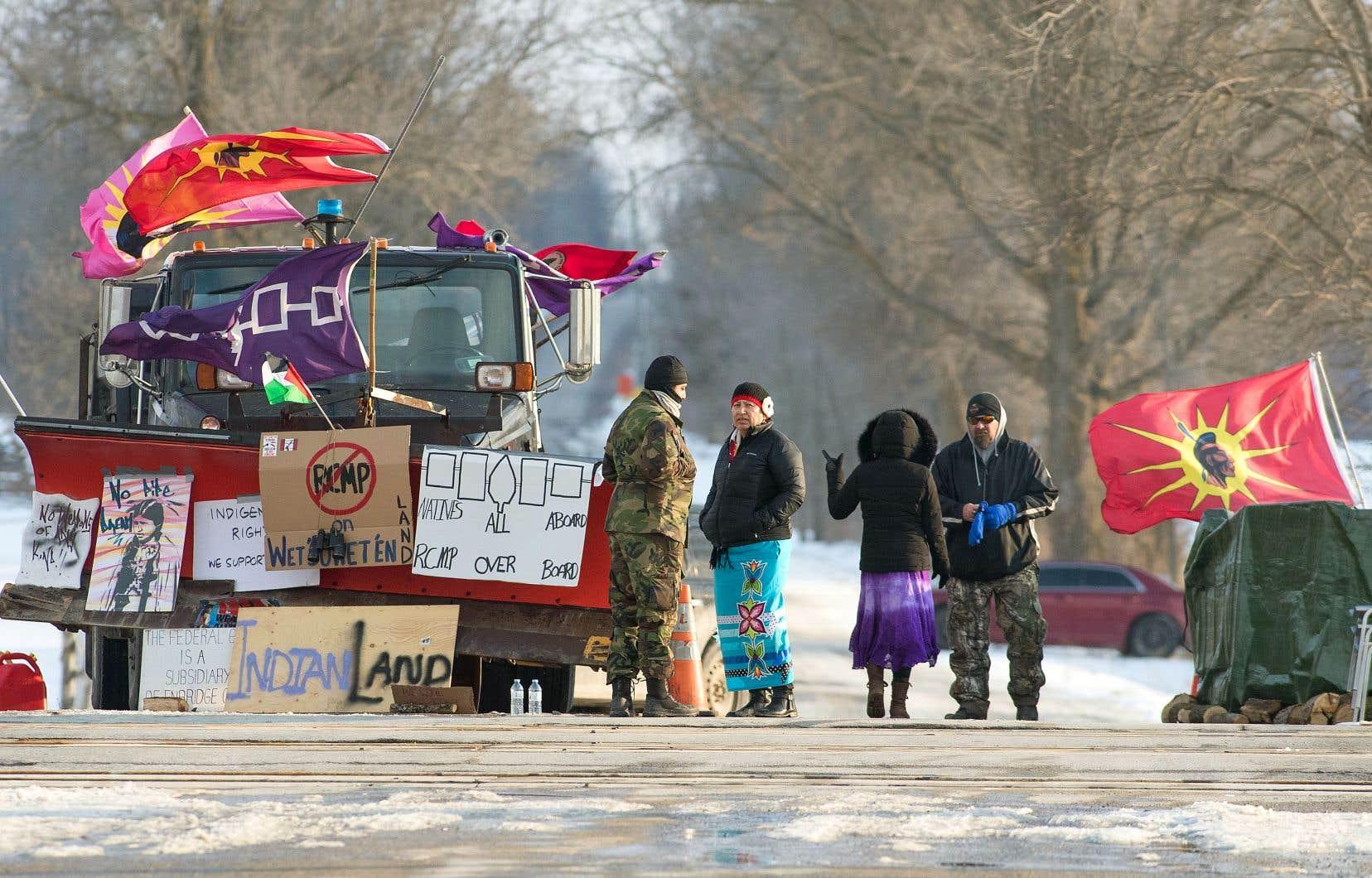 Dimanche, plusieurs manifestants bloquaient le chemin de fer sur le territoire mohawk de Tyendinaga.