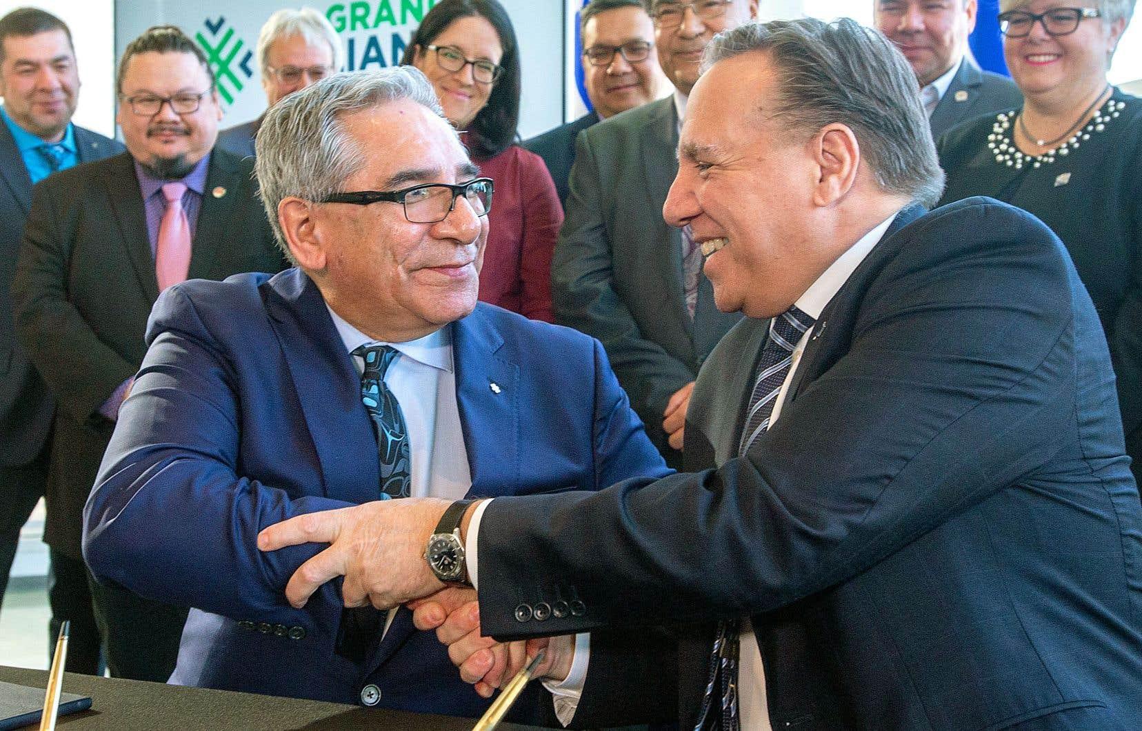 Le grand chef Abel Bosum et le premier ministre François Legault ont scellé la «Grande alliance», lundi, à Québec.