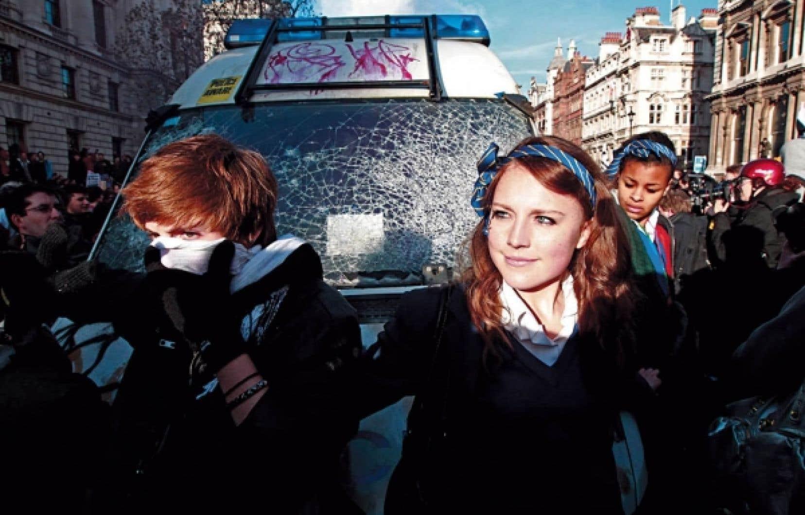 À Londres, des milliers d'étudiants sont descendus dans la rue, affrontant la police, pour manifester contre la hausse des droits de scolarité.<br />