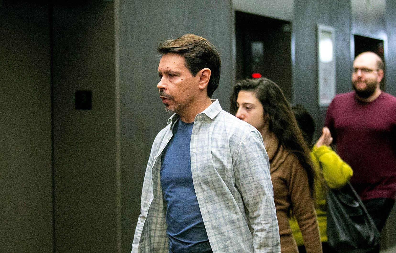 Donald Duguay accuse Éric Salvail de l'avoir agressé sexuellement dans les toilettes de l'édifice de Radio-Canada en octobre 1993.