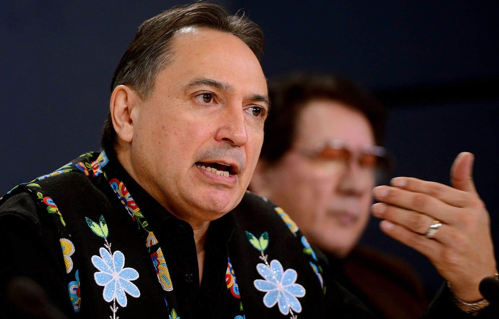 Le chef de l'Assemblée des Premières nations, accompagné de quatre autres chefs autochtones, a invité les parties à discuter pour trouver une issue pacifique au conflit.