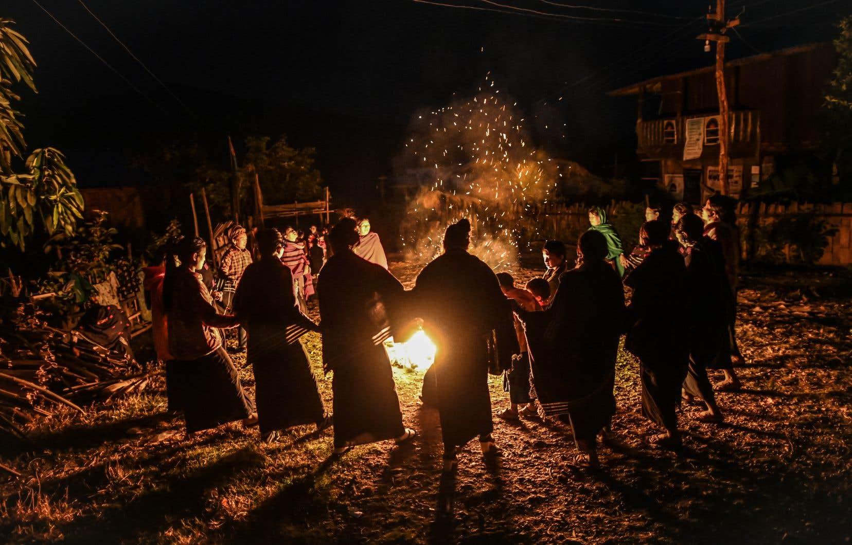 Le rituel du feu se poursuit jusqu'à l'aube.