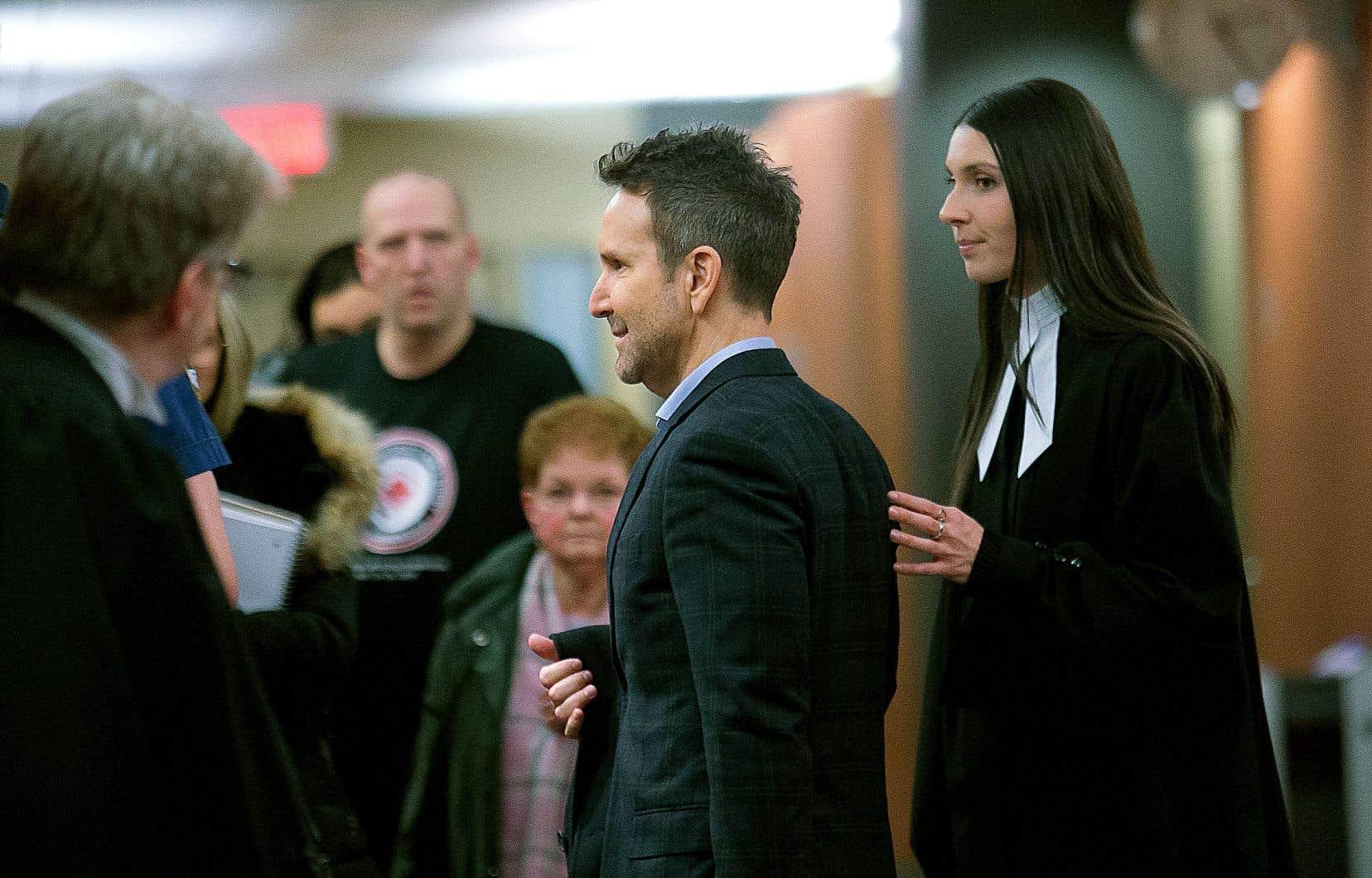 Éric Salvail a commencé à témoigner à son procès pour harcèlement criminel et agression sexuelle.