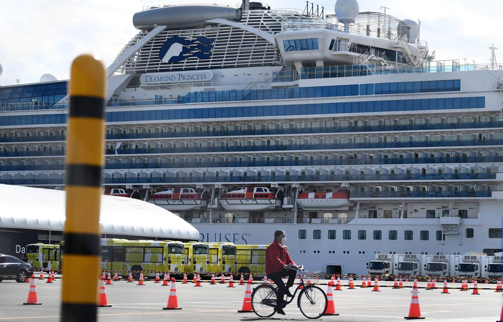 Des milliers de passagers à bord du Diamond Princess sont pris au large de Yokohama, près de Tokyo, en raison de l'épidémie de COVID-19, qui a infecté des centaines de passagers, dont 47 Canadiens.