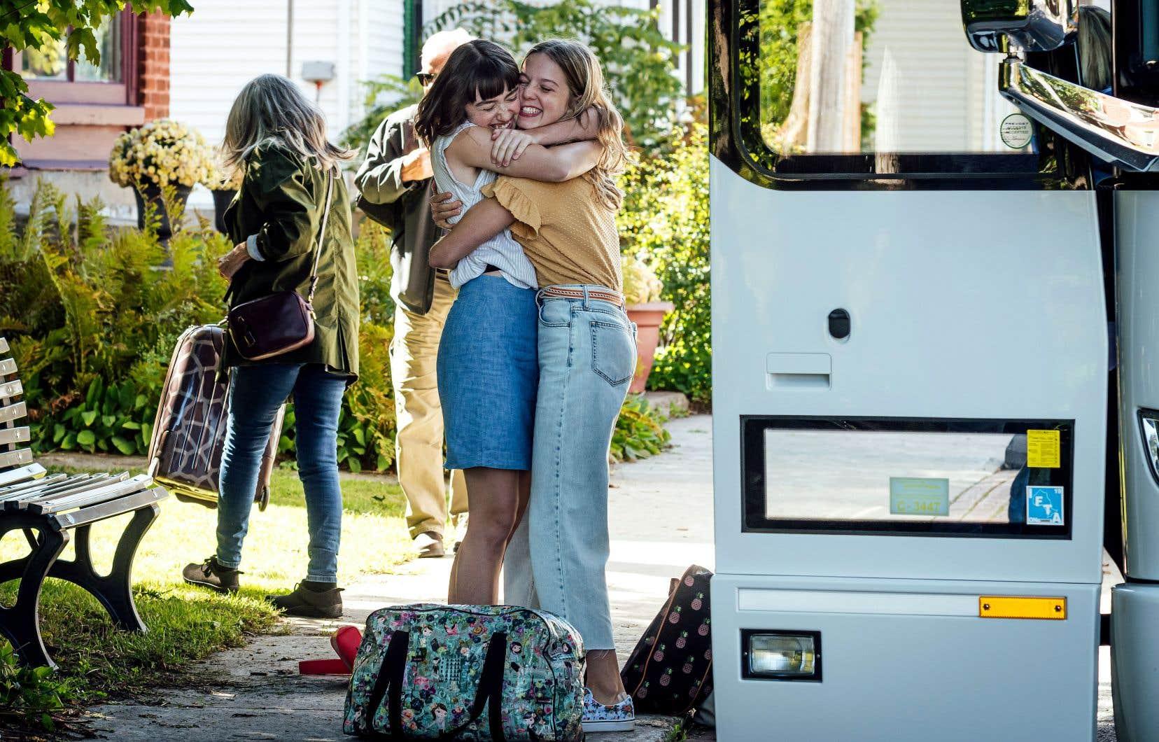 Léa Olivier (Laurence Deschênes, à droite) vient tout juste d'emménager à Montréal avec sa famille. Contre son gré. Tout lui manque de son ancienne existence: sa meilleure amie, son amoureux, ses repères.