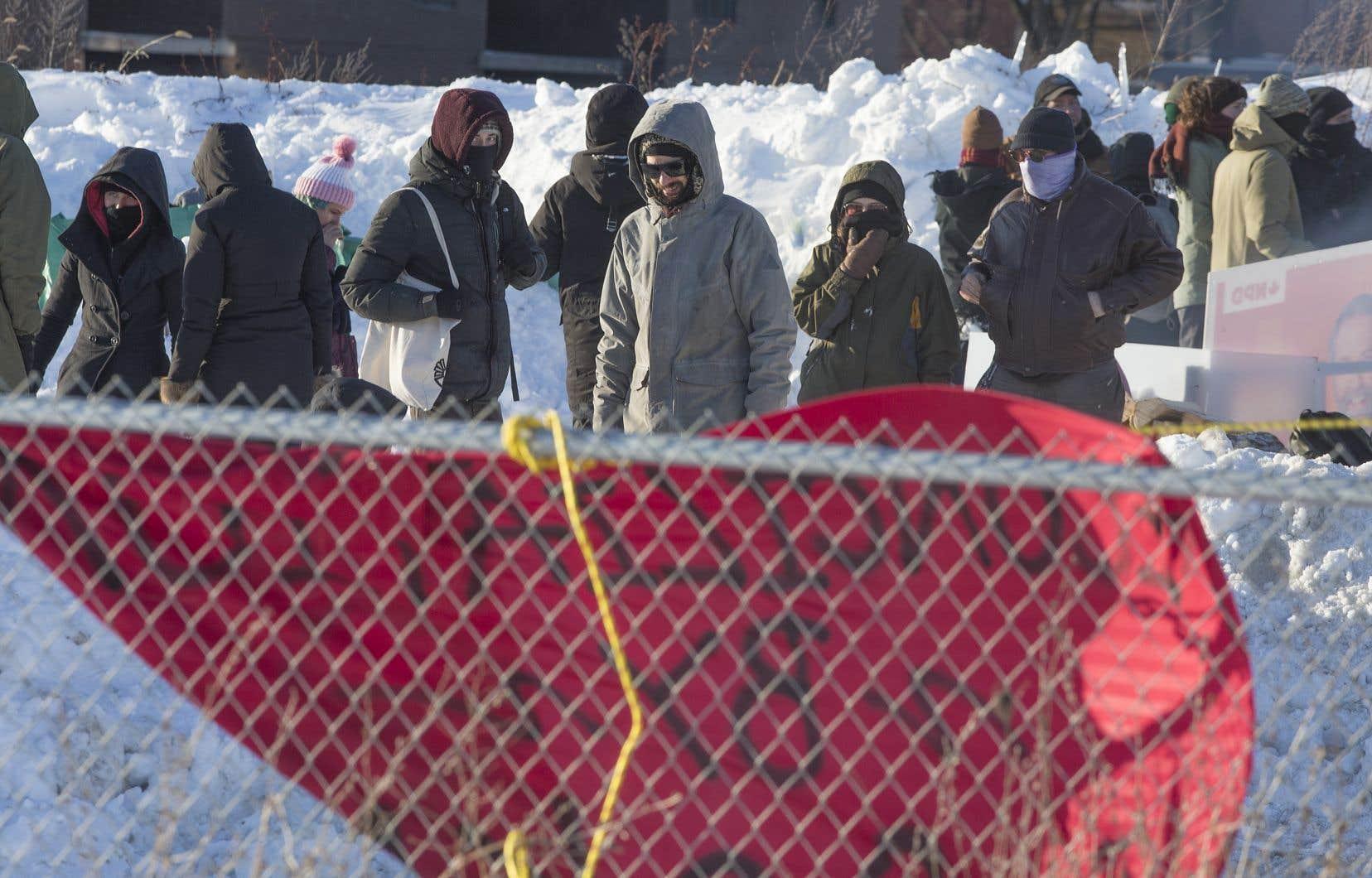 <p>La barricade a été installée par des manifestants qui se disent en solidarité avec les Autochtones de Wet'suwet'en, en Colombie-Britannique.</p>