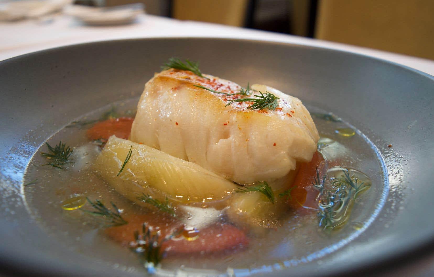 Dans un bol ou une assiette creuse, disposer les pétales de tomates et les quartiers de fenouil.