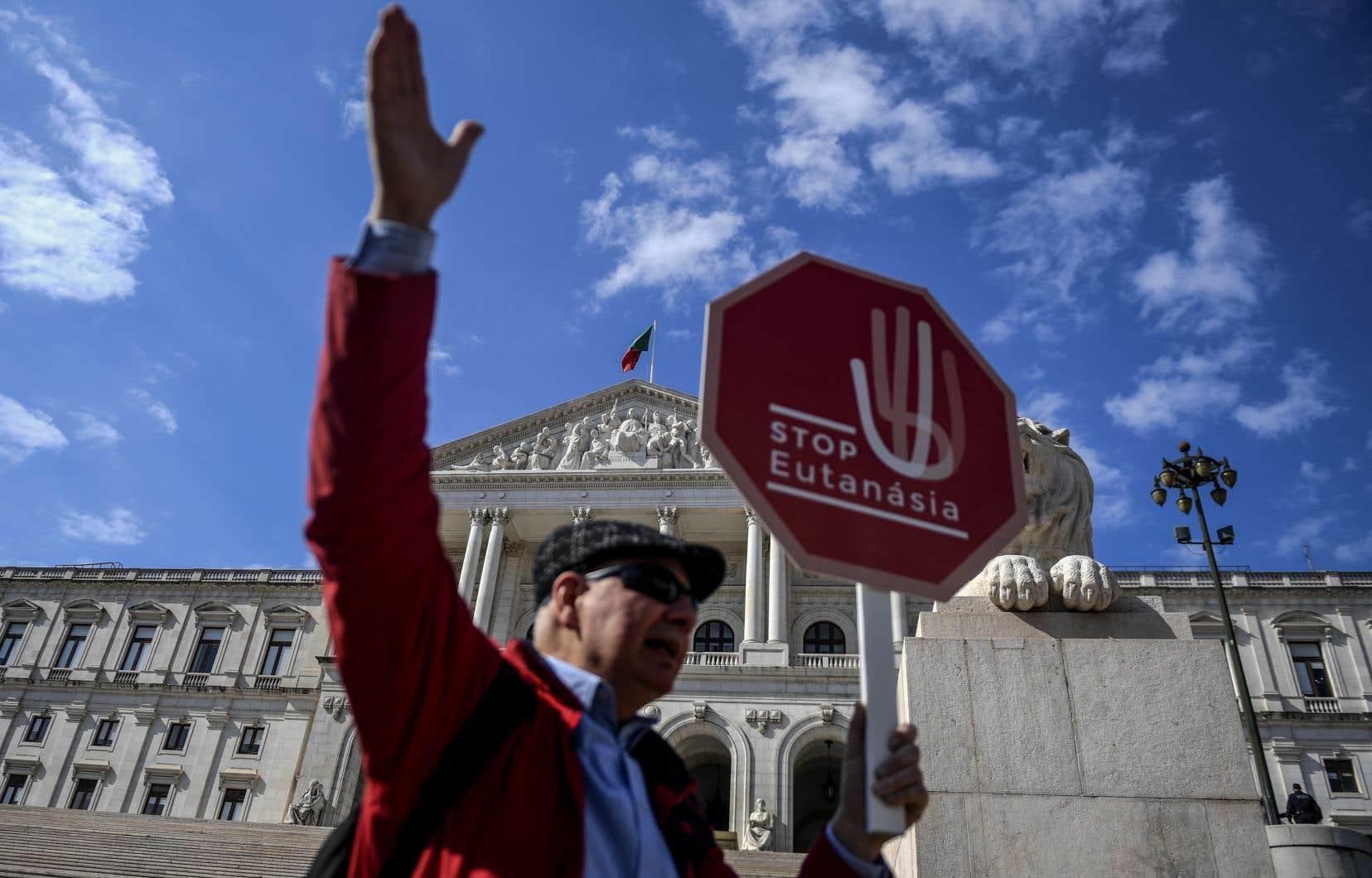 Des centaines de personnes ont manifesté devant l'Assemblée à l'appel de plusieurs organisations opposées à l'euthanasie, criant «Oui à la vie, non à la mort».