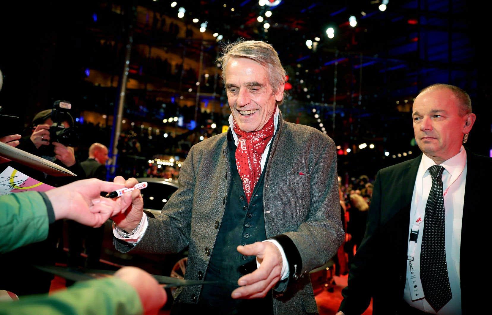 Le président du jury de la Berlinale, Jeremy Irons, a signé des autographes en arrivant au gala d'ouverture de la 70e édition du festival, jeudi.