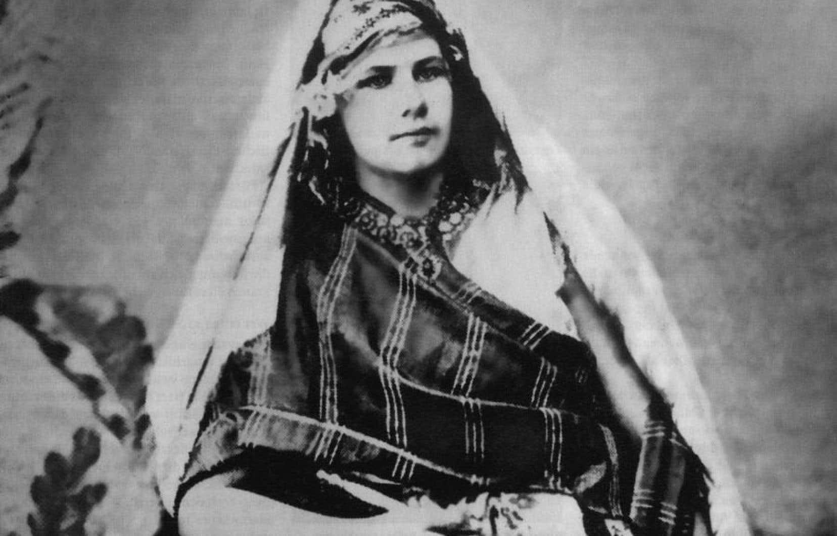 Née en Suisse, Isabelle Eberhardt a passé sa vie à parcourir le Maghreb, habillée en cavalier arabe, avec Mahmoud Saadi comme nom d'emprunt.