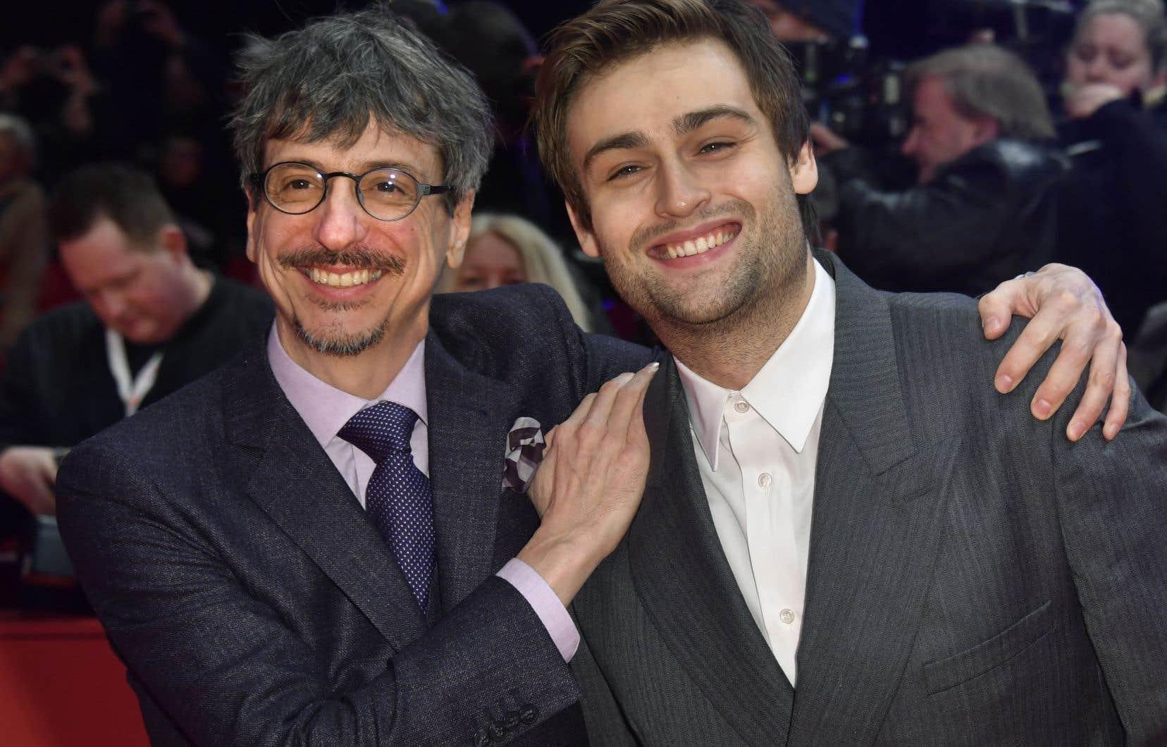 Philippe Falardeau en compagnie de Douglas Booth, l'un des acteurs de son plus récent film