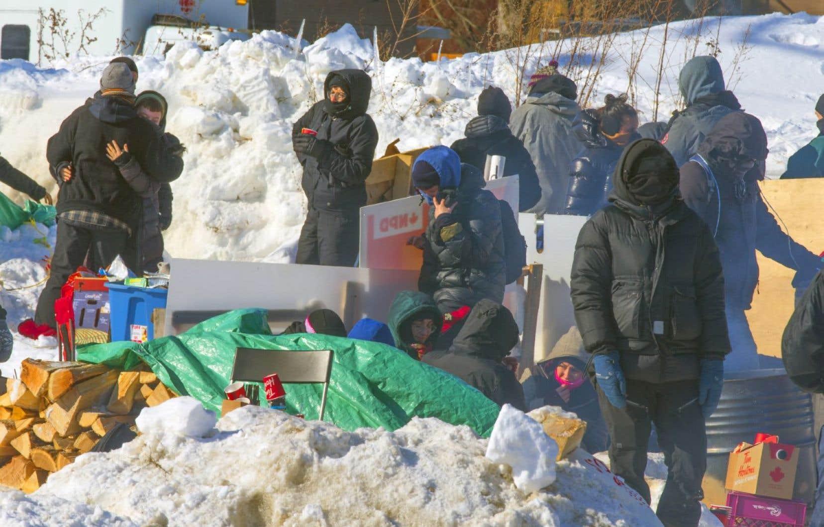 <p>Des véhicules de patrouille passent régulièrement devant la barricade où les militants ont installé des tentes et des abris de fortune.</p>