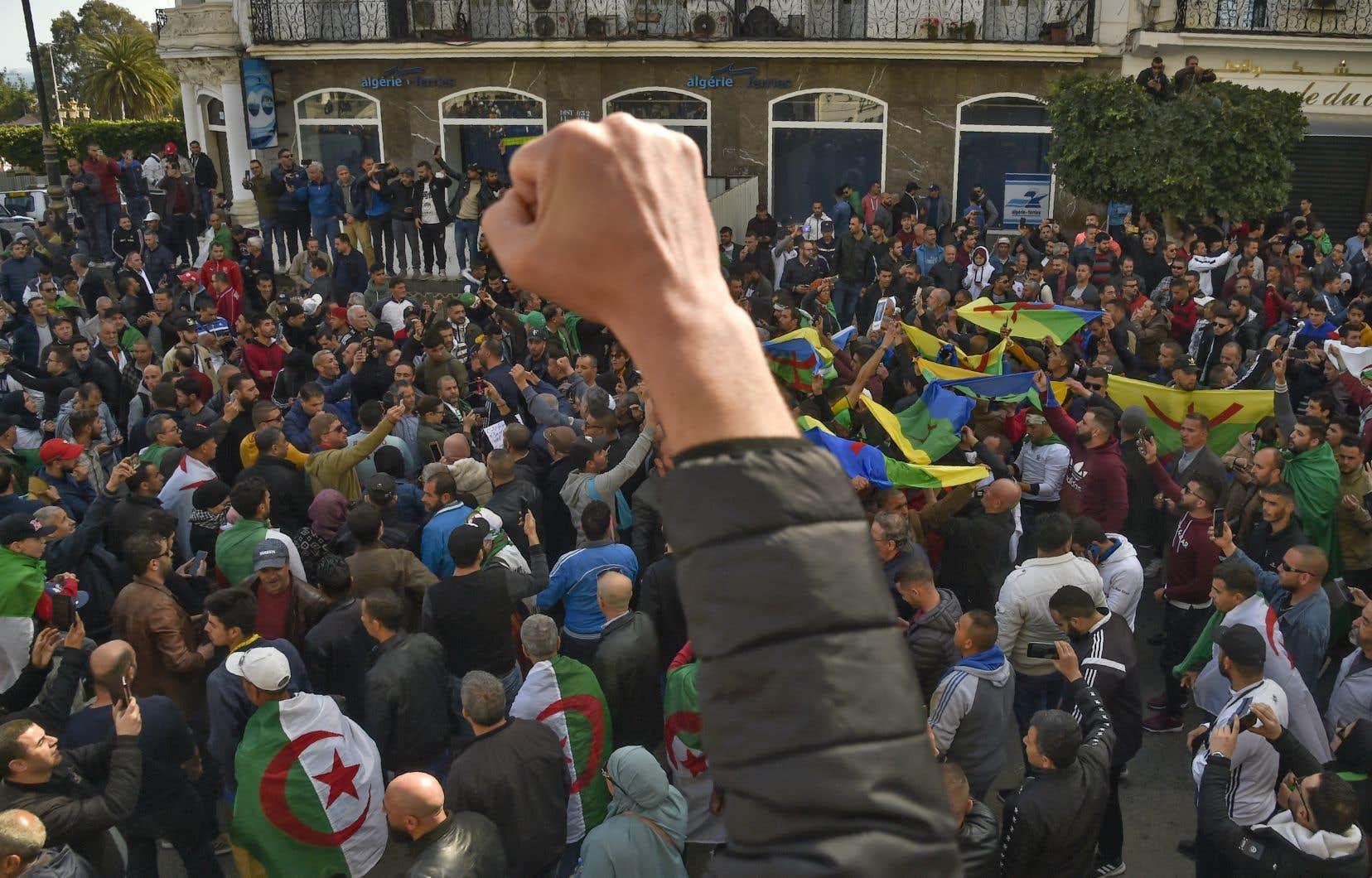 <p>Plus massive que les derniers vendredis, une foule compacte de manifestants défile depuis le début d'après-midiau coeur d'Alger.</p>