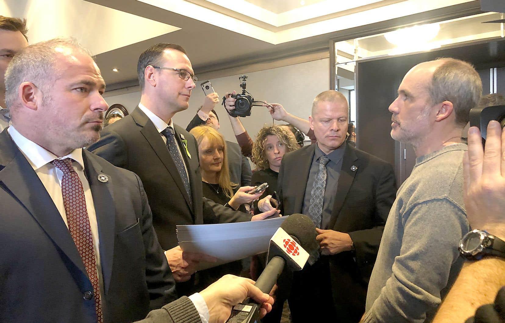 Le ministre de l'Éducation, Jean-François Roberge, a fait face au Centre Sheraton, à Montréal, à un barrage d'enseignants fâchés par la loi sur la réforme de la gouvernance scolaire.