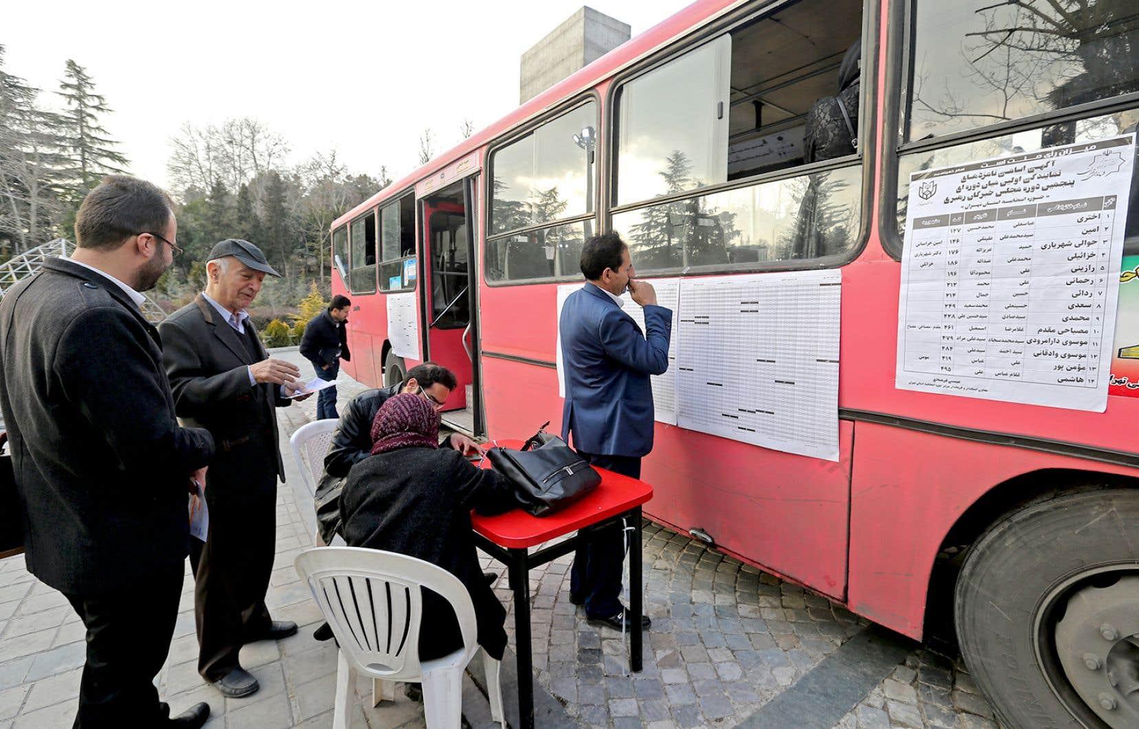 Des bureaux de vote mobiles parcouraient Téhéran vendredi.