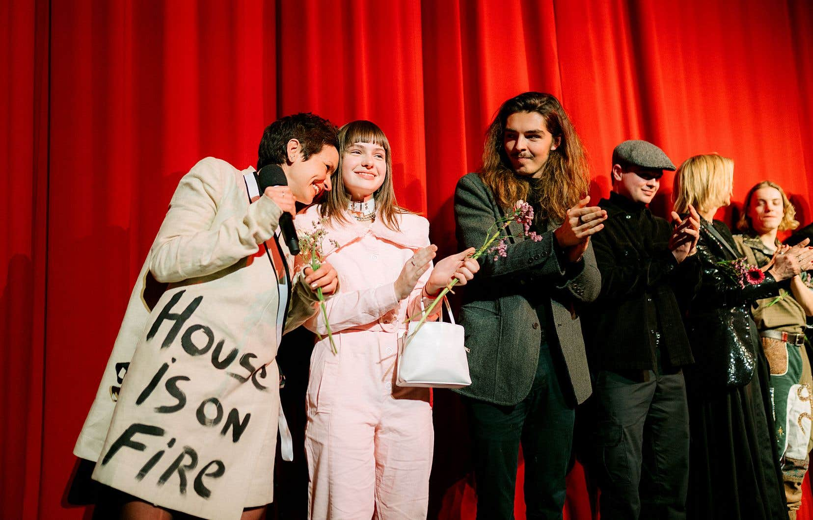 Les artisans du film «La déesse des mouches à feu» d'Anaïs Barbeau-Lavalette (à gauche) sont montés sur la scène du cinéma Urbania, à Berlin, après la projection du long métrage samedi soir.