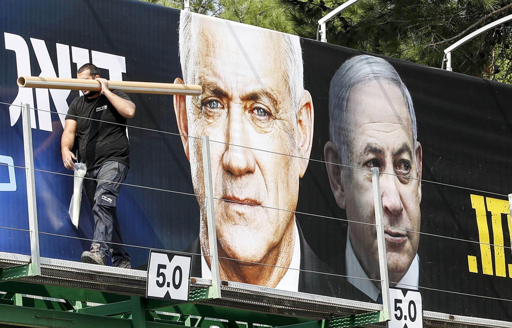 Les derniers sondages placent les listes de MM.Netanyahu et Gantz à une quasi-égalité, et nul camp ne semble en mesure de rallier une majorité de sièges au Parlement.