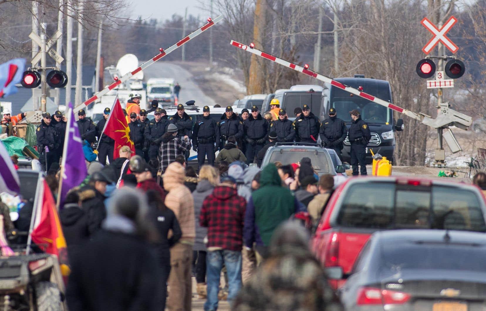 Les arrestations ont eu lieu quelques heures après que les manifestants ont ignoré l'ultimatum de minuit fixé par la police pour quitter leur campement.