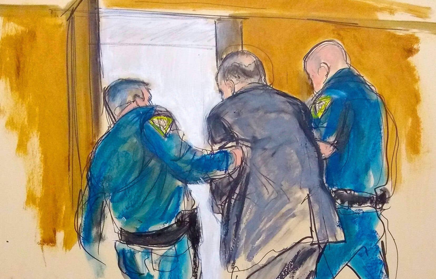 Harvey Weinstein escorté par des policiers après avoir été reconnu coupable d'agression sexuelle et de viol.