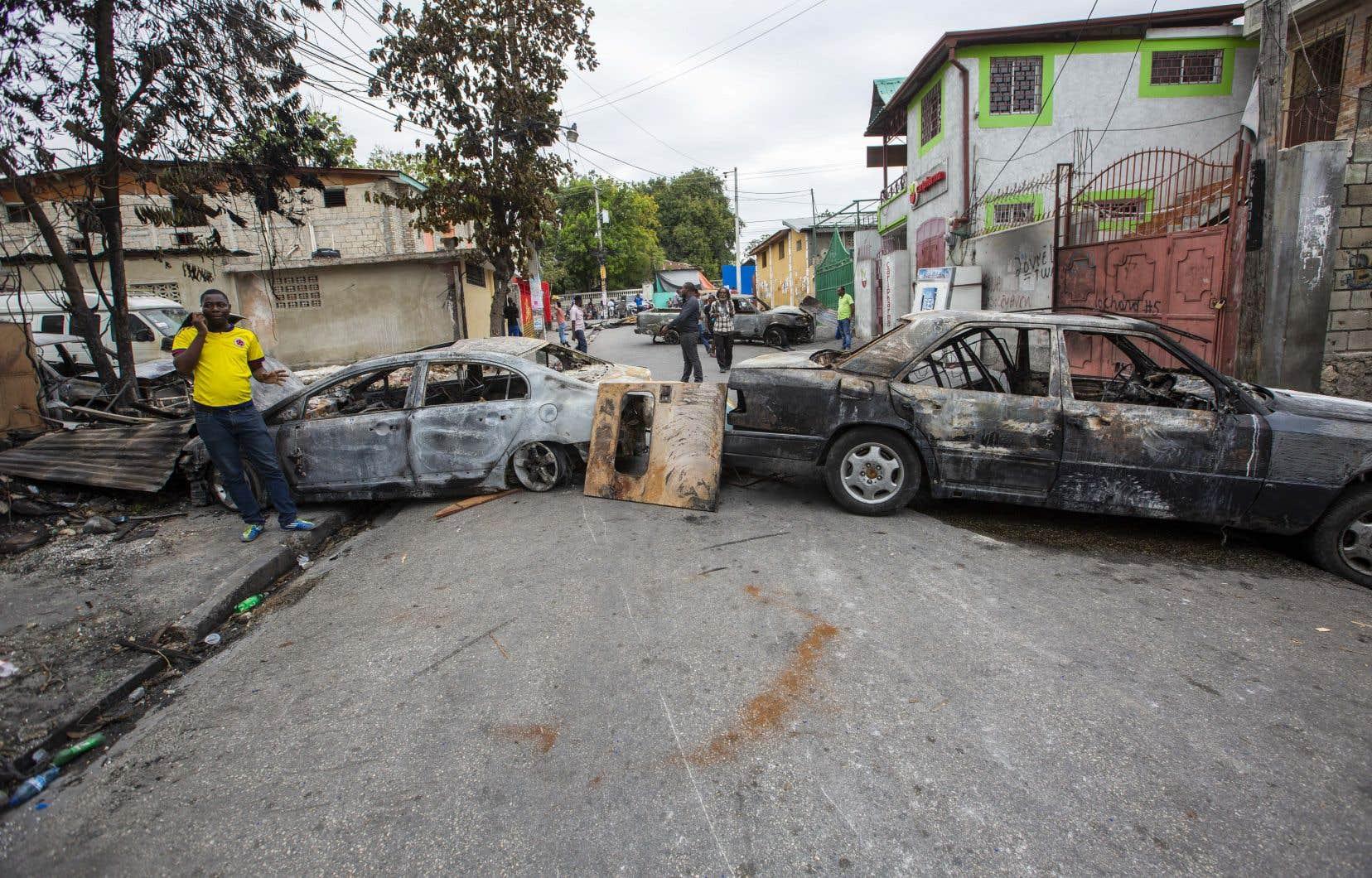 Les principaux axes routiers de Port-au-Prince étaient bloqués, lundi.