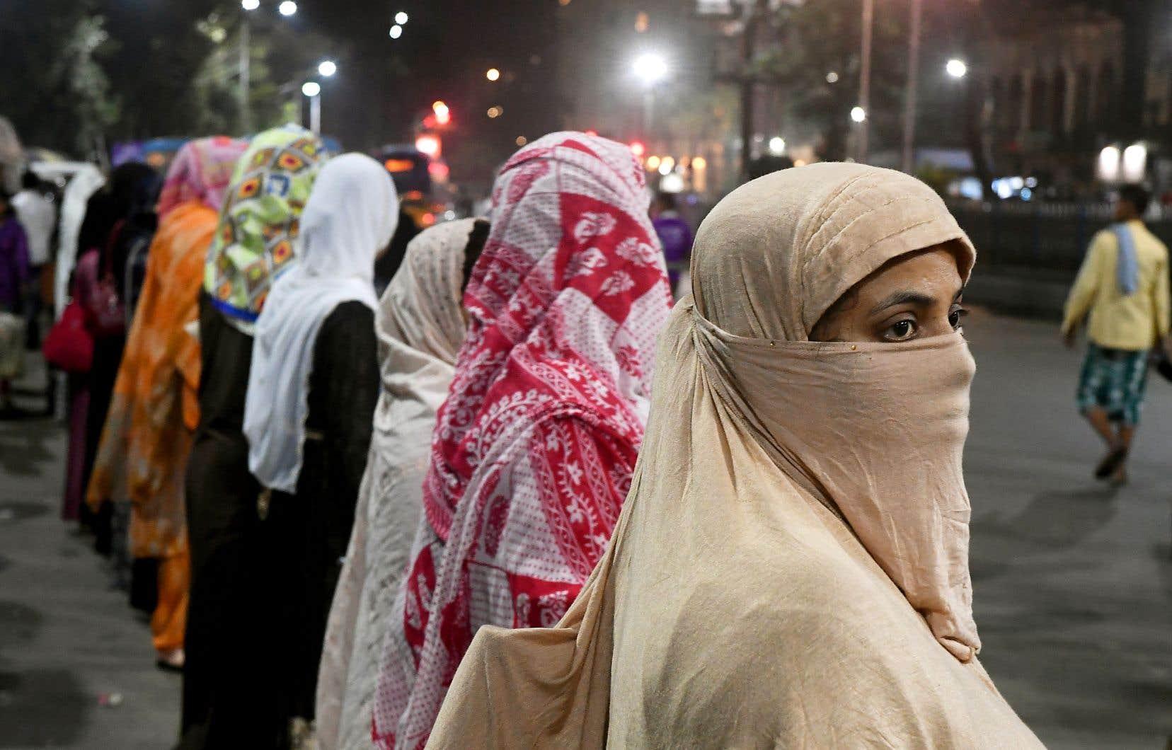 Une loi sur la citoyenneté, jugée discriminatoire pour les musulmans, a amené certains à manifester, mais a surtout cristallisé les tensions intercommunautaires.