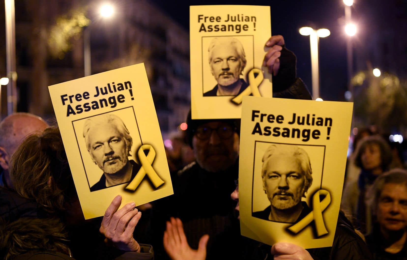 Des manifestants lors d'une manifestation convoquée par l'Assemblée nationale catalane pour soutenir le fondateur de WikiLeaks, Julian Assange, à Barcelone le 24 février 2020.