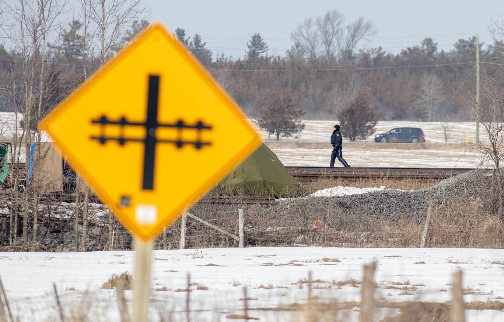 Les policiers de Sherbrooke ont été dépêchés sur place et ont érigé un périmètre de sécurité.