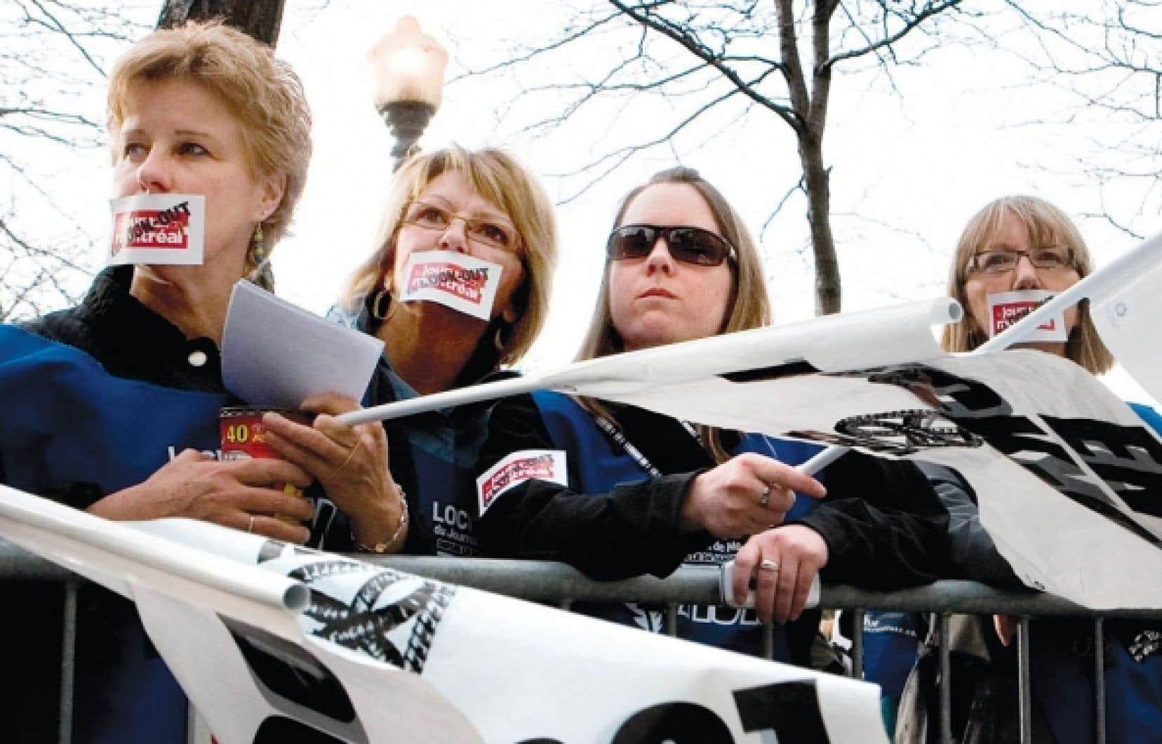 Les «lockoutés» du Journal de Montréal lors d'une manifestation en avril dernier. La FTQ les a invité à lui rendre visite lors du congrès.<br />