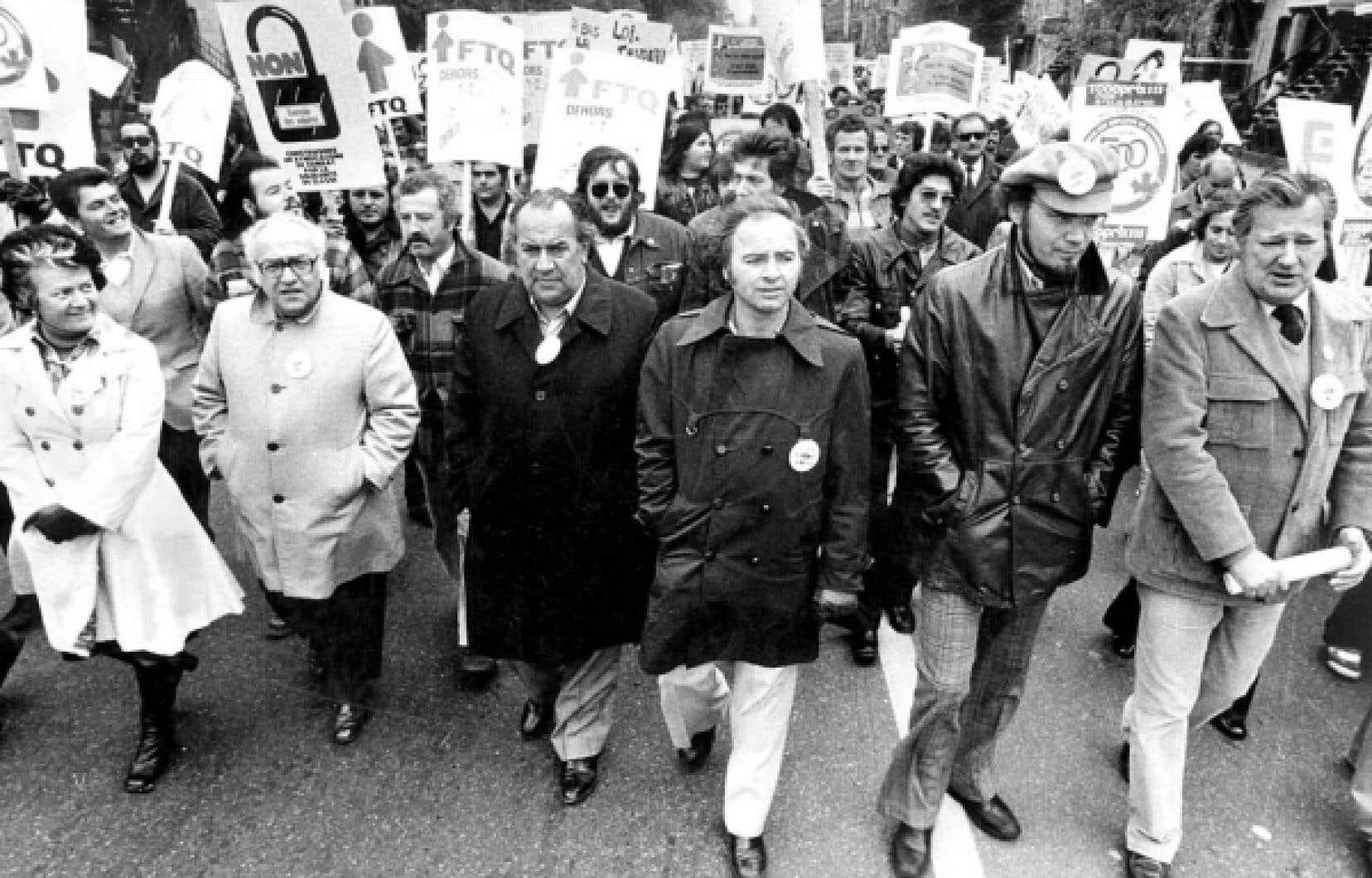 Des chefs défilent pour s'opposer aux mesures anti-inflationnistes à Montréal, le 14 octobre 1976.<br />