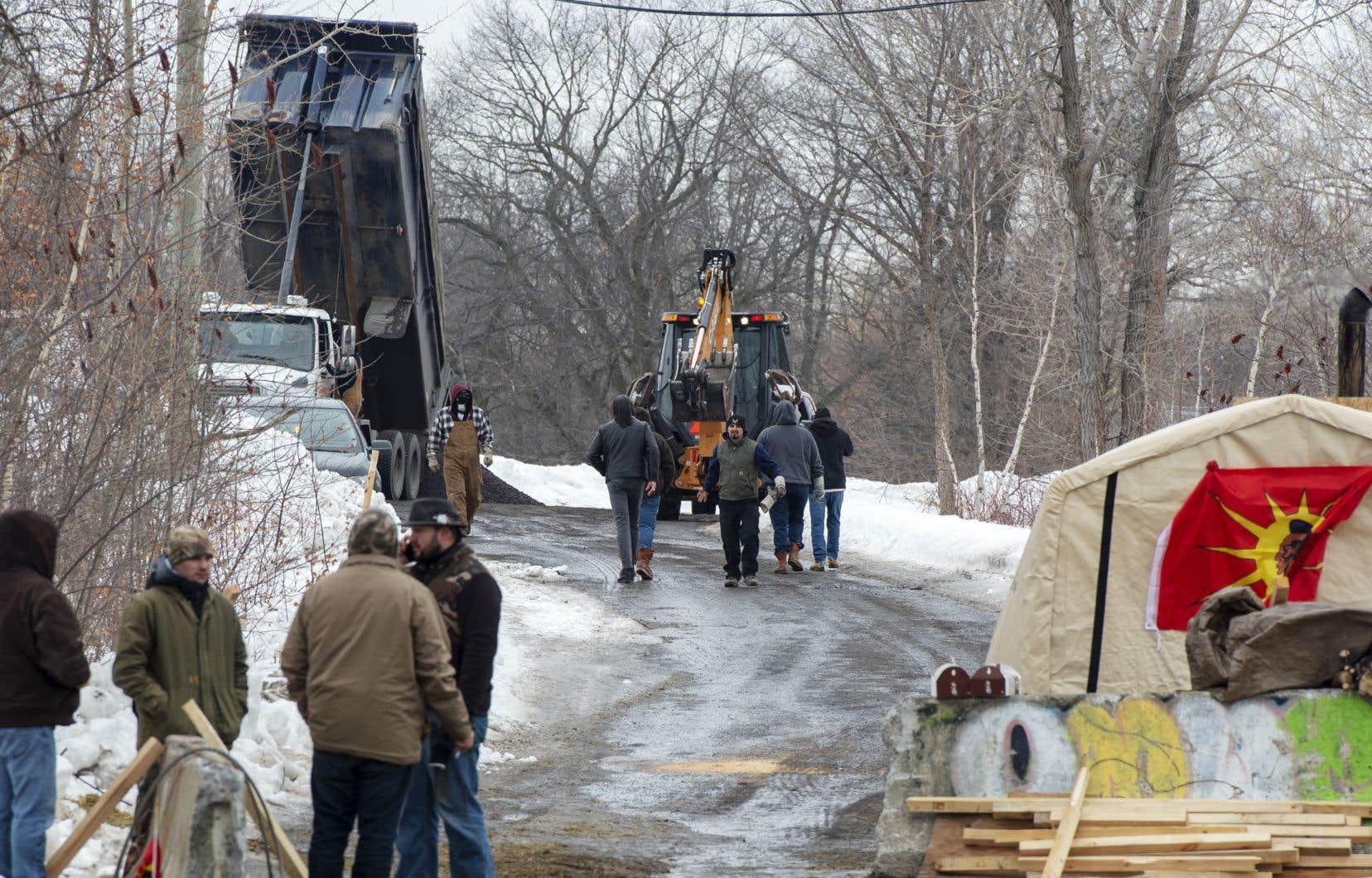 À Kahnawake, les manifestants ont renforcé leur barrage en faisant livrer des chargements de gravier sur la route qui mène au blocus.