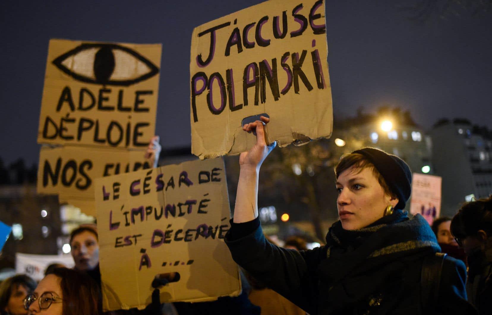 Avant le début de la cérémonie, des manifestants se sont réunis devant la Salle Pleyel pour protester contre les nombreuses nominations attribuées au film de Roman Polanski.