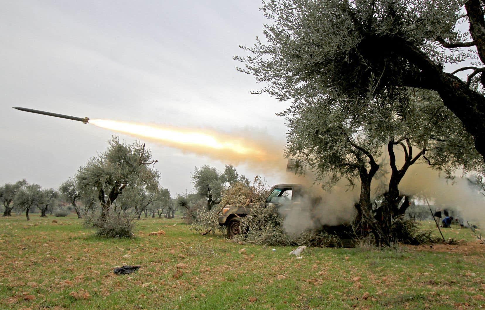 Des tirs d'artillerie ont fait vendredi un mort côté turc. Ankara, engagé aux côtés de certains groupes rebelles, comme ici, à Idlib, a par conséquent annoncé continuer «en représailles de frapper des cibles du régime» syrien.