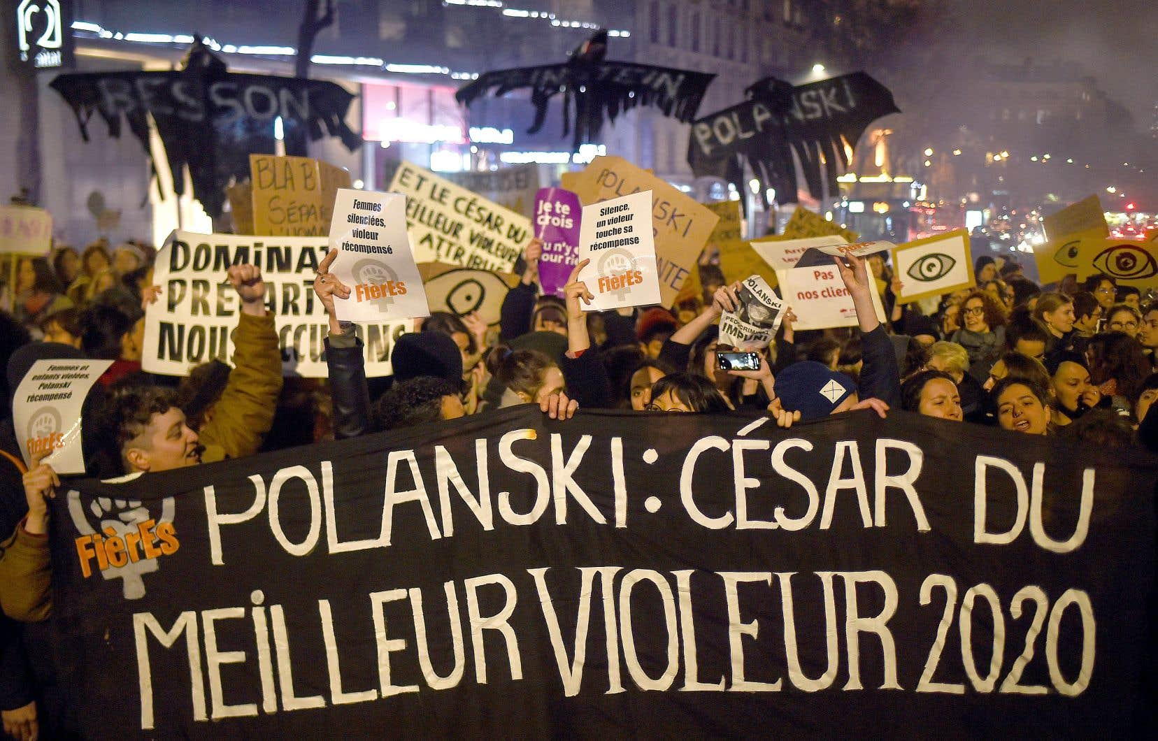 Moins de deux heures avant le début de la cérémonie, des manifestants, en majorité des femmes, ont tenté d'approcher de la salle Pleyel à Paris, où se tenait la soirée, en criant «Enfermez Polanski!».