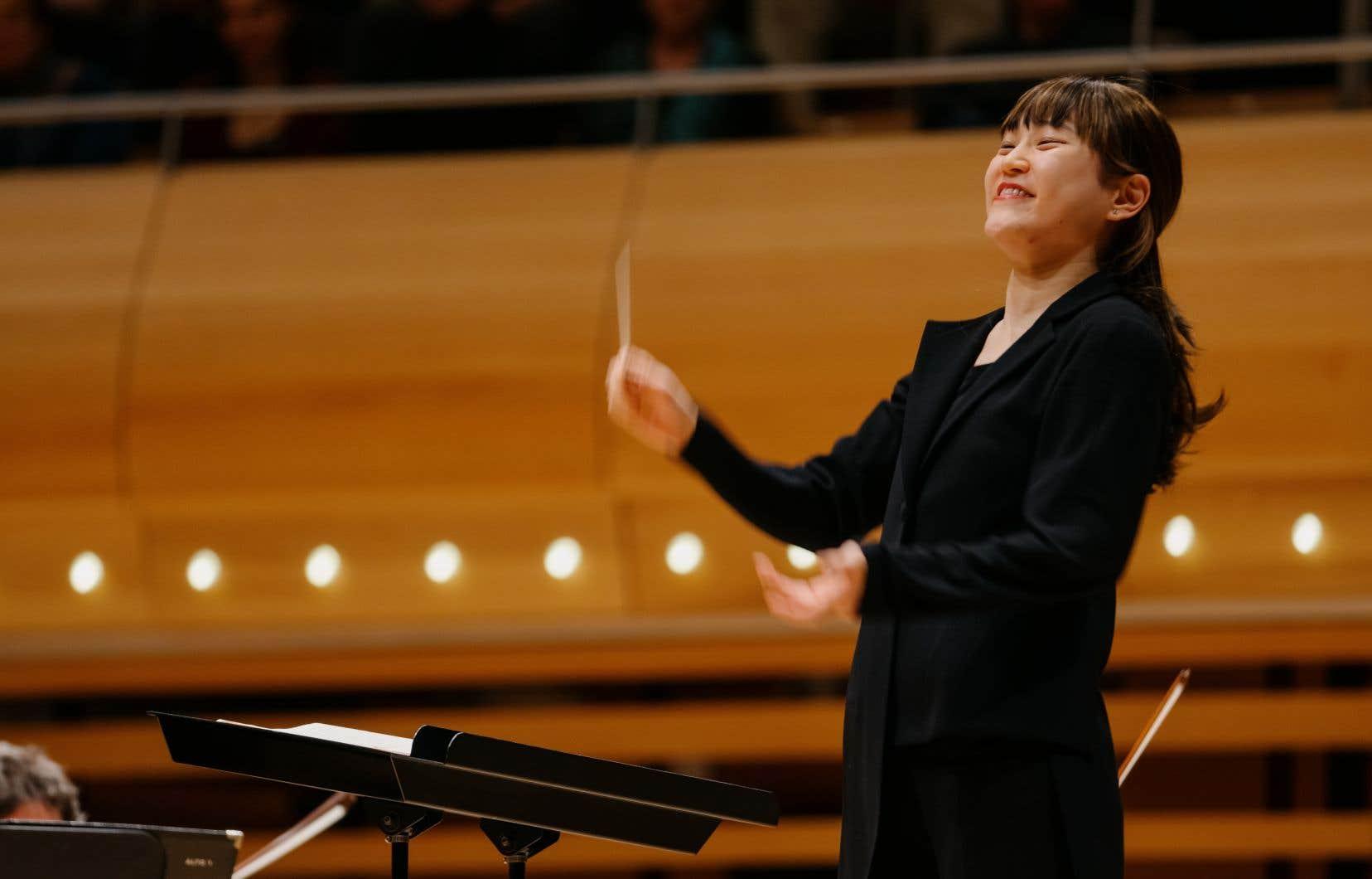 Han-Na Chang est une violoncelliste prodige reconvertie à la direction d'orchestre depuis une petite décennie.