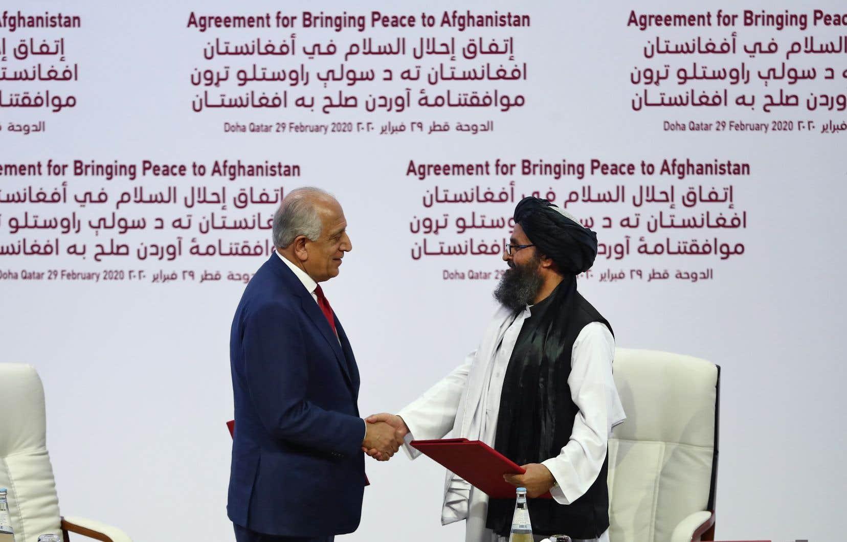 L'accord négocié pendant un an et demi au Qatar a été signé par les principaux négociateurs des deux parties ennemies, Zalmay Khalilzad côté américain (à gauche) et le chef politique des talibans Abdul Ghani Baradar.