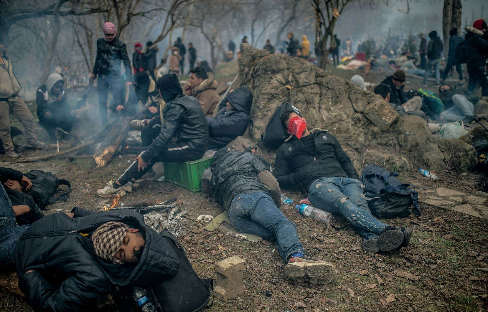 Des milliers de réfugiés syriens se sont dirigés, à pied ou par bateau de fortune, vers la Grèce dimanche, déclenchant la colère des résidents.