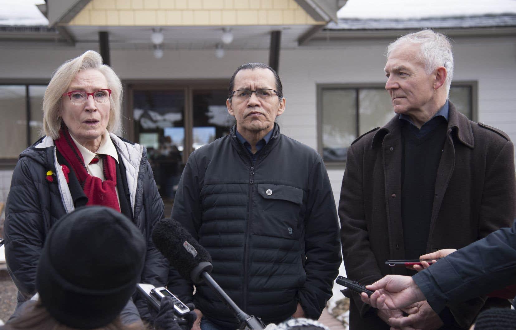 <p>Sur la photo, la ministre fédérale des Relations Couronne-Autochtones Carolyn Bennett (à gauche), le chef héréditaire wet'suwet'en Woos (au centre) et le ministre des Relations avec les Autochtones de la Colombie-Britannique Scott Fraser (à droite)</p>