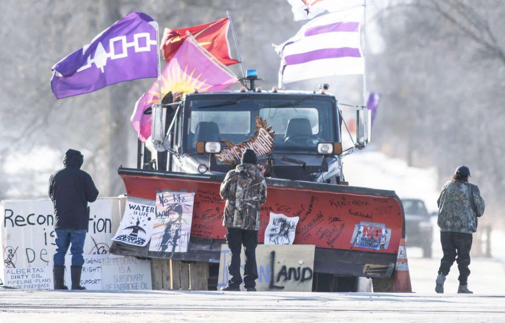 Les militants mohawks à Kahnawake ont décidé de maintenir leur blocus ferroviaire sur le territoire au sud de Montréal, du moins pour l'instant.