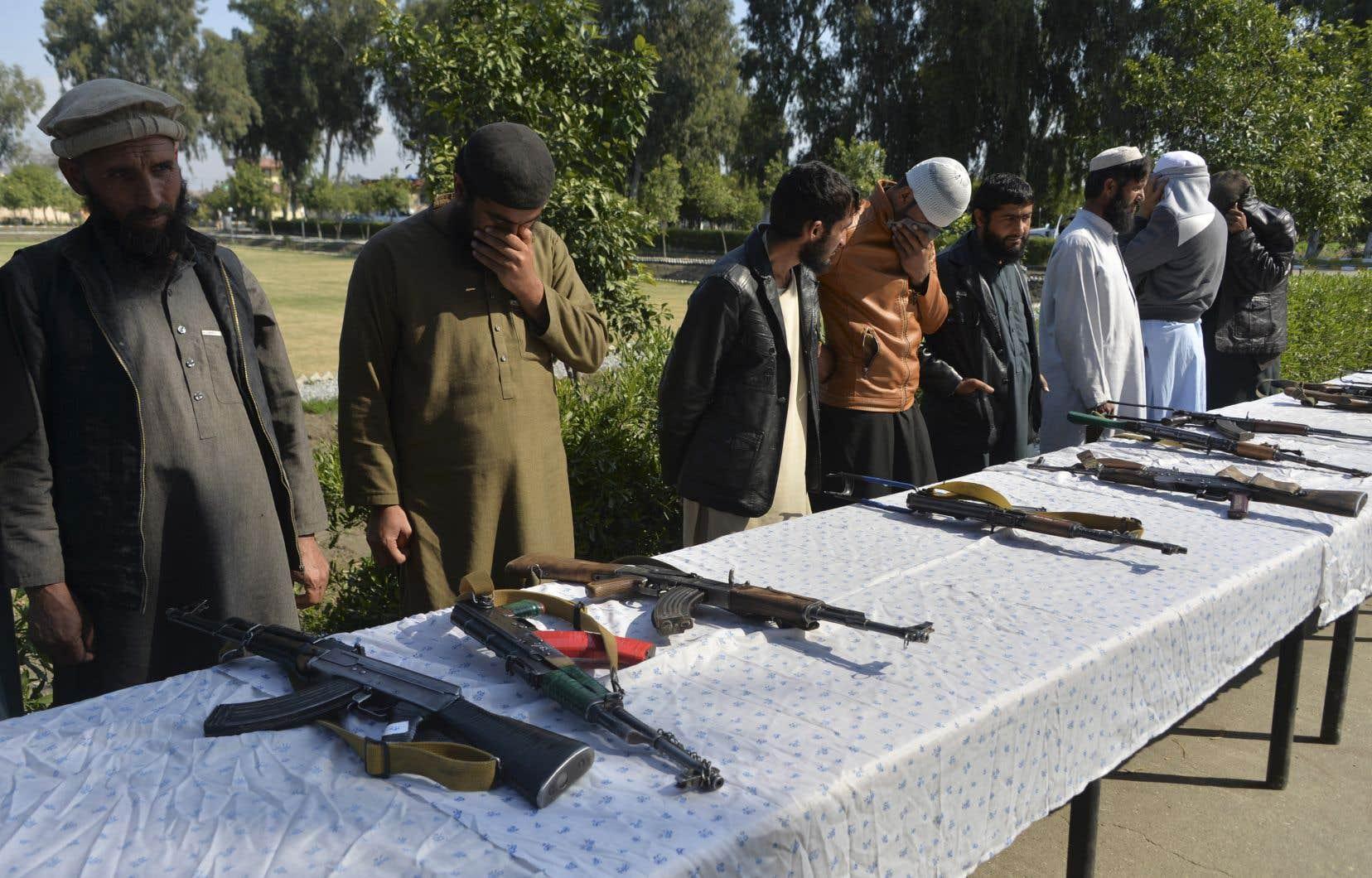 Sur la photo, des talibans remettent leurs armes au début de la période de réduction des violences qui aura finalement duré neuf jours.<br /> <br />