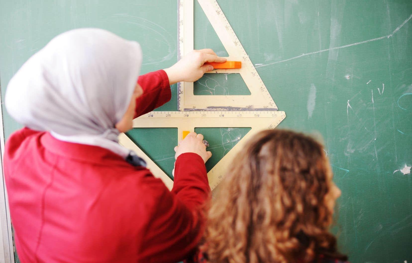 Deux mères montréalaises affirment que leurs filles ont subi des pressions pour adopter des pratiques musulmanes.