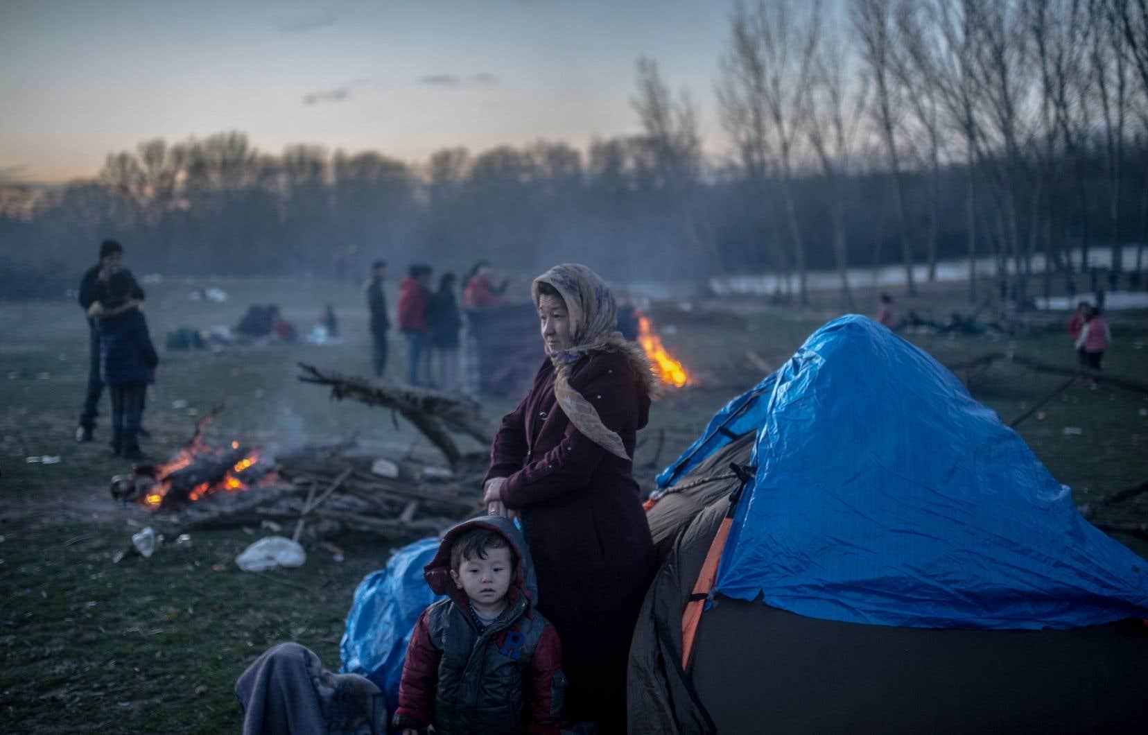À la frontière entre la Turquie et la Grèce, des milliers de migrants continuaient d'affluer dans l'espoir de traverser, en dépit des mesures musclées prises par Athènes.