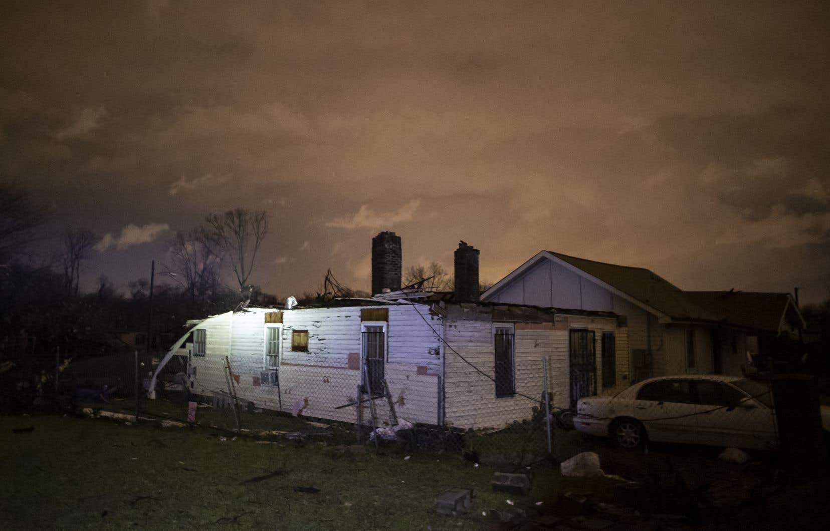 Des images diffusées par les médias locaux montraient des bâtiments entièrement détruits après le passage des tornades dans la nuit de lundi à mardi.