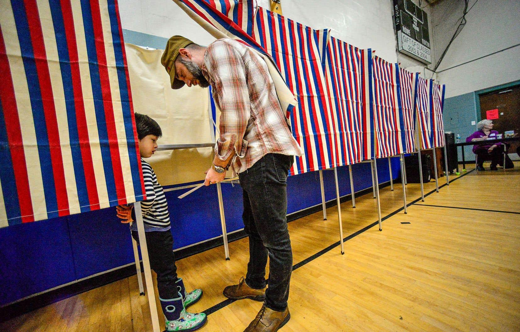 Un résident du Vermont, Tony Parmenter, a expliqué comment remplir un bulletin de vote à son fils de cinq ans dans un bureau de scrutin installé, mardi, dans l'école primaire du village de Dummerston.