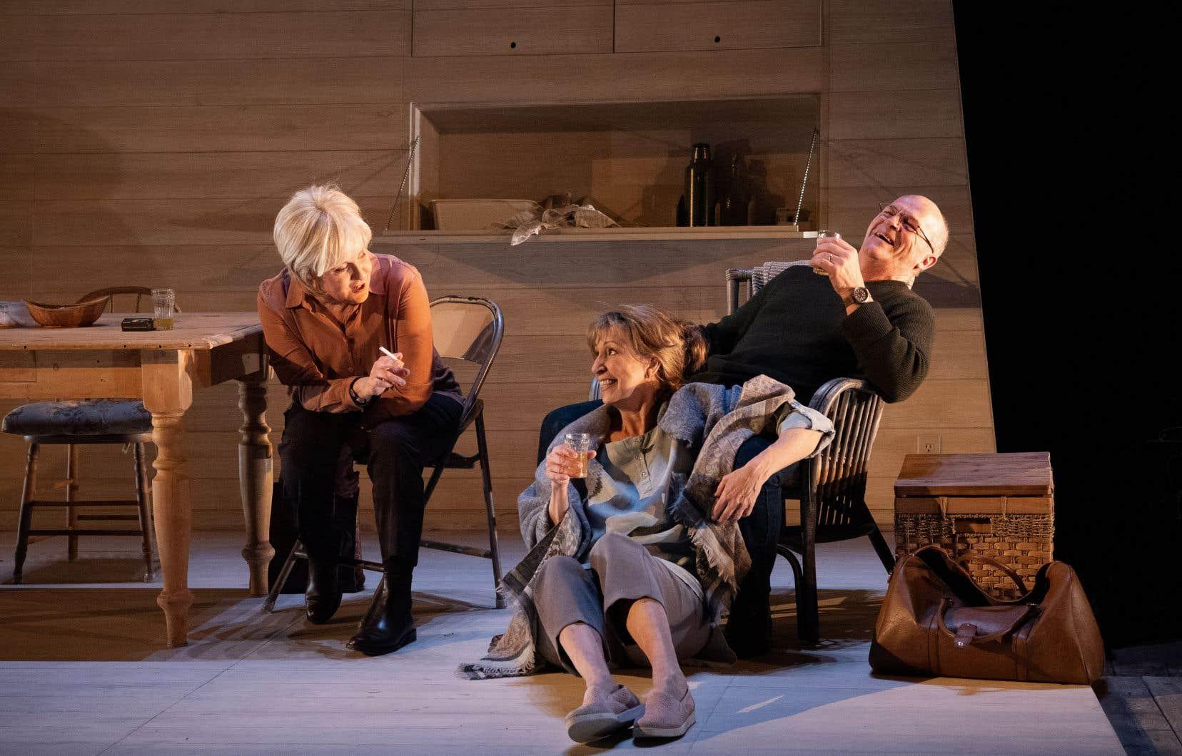 Rose (Chantal Baril, à gauche) fait irruption dans la vie d'Adèle (Danielle Proulx) et Robin (Germain Houde), isolés dans un chalet pour fuire une catastrophe.